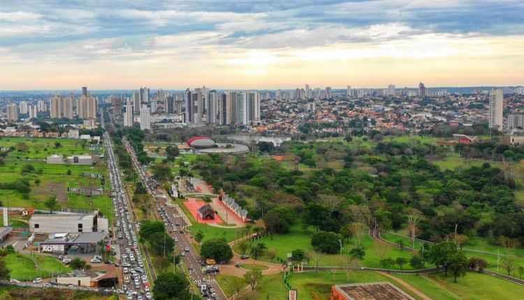 Buzinaço e até cavalos marcam carreata pró-Bolsonaro em Campo Grande