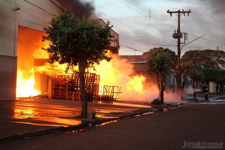 Incêndio de grandes proporções atinge barracão de empresa em Nova Andradina