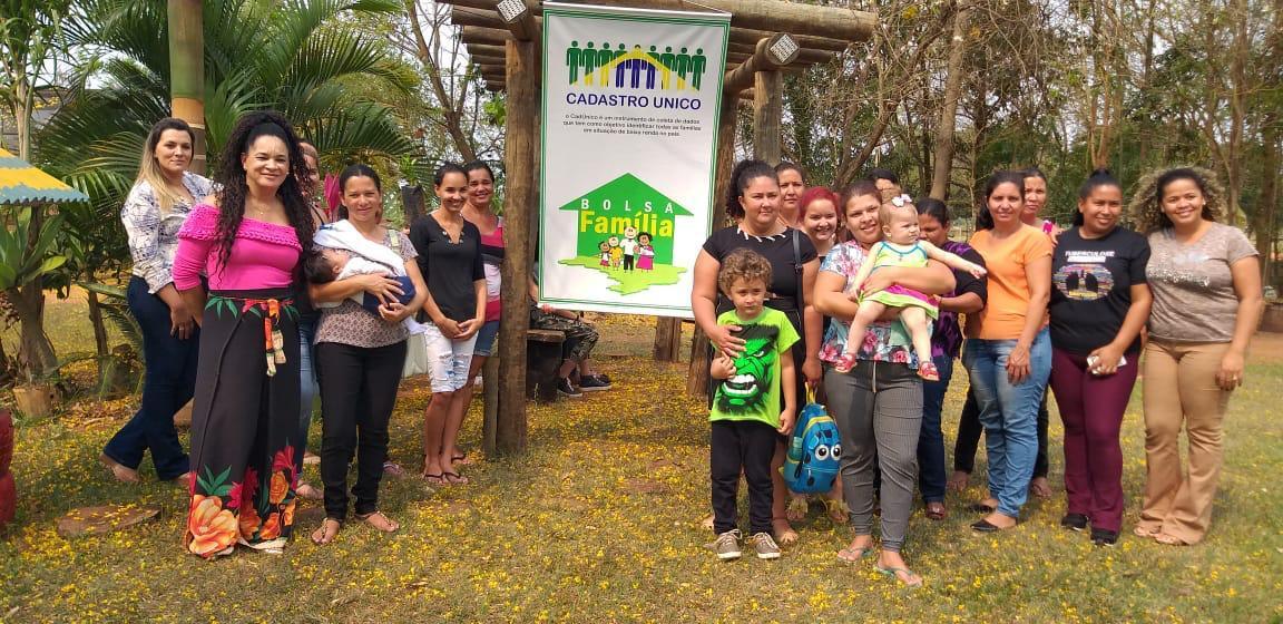 Em comemoração ao dia da Árvore famílias do Programa Bolsa Família e Vale Renda de Taquarussu visitam Viveiro de Mudas