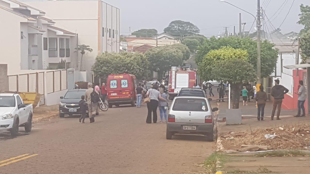 """Garnição do corpo de Bombeiros contem incêndio em prédio da """"Refrigeração Camelo"""" em Nova Andradina"""