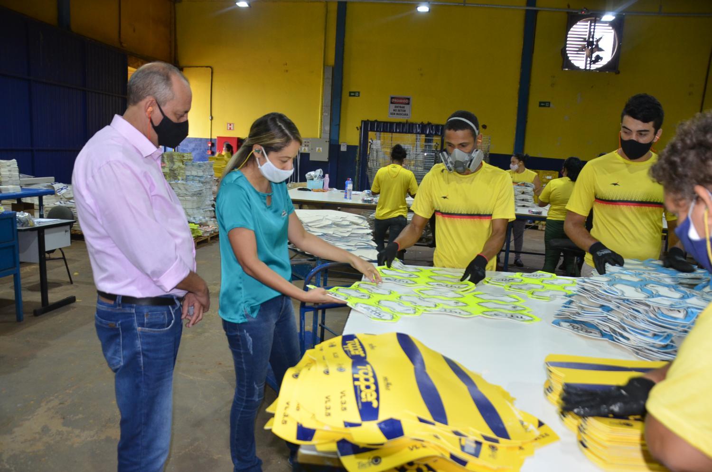 Prefeito Clóvis visita Fábrica de bolas da Kagiva em Vicentina
