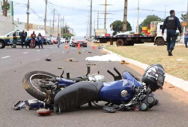 Motociclista morre ao ser atropelado e arrastado por carro na Capital